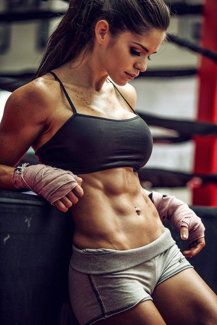 Preferenza Chi è Michelle Lewin? Allenamento e dieta della fitness model più  CK85