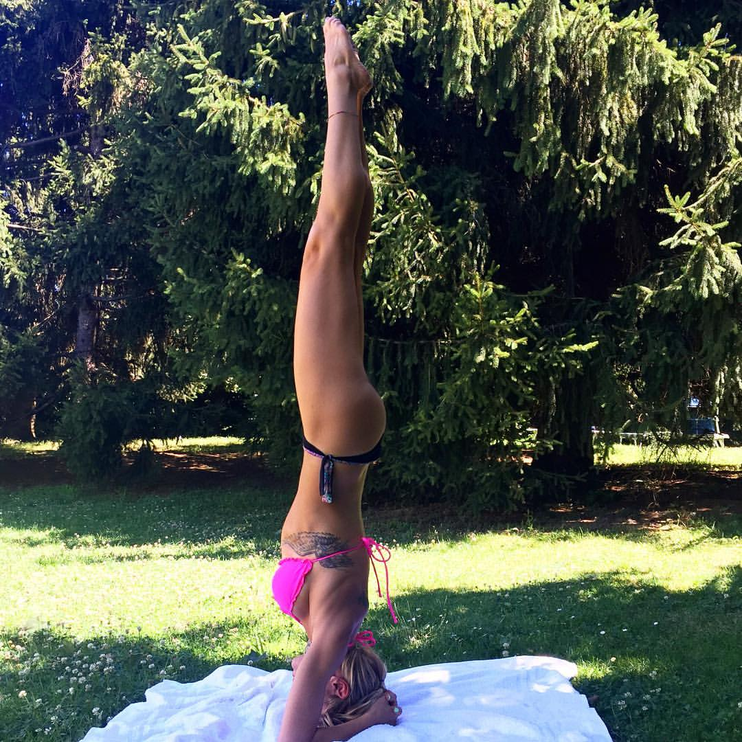 Yoga verticale o headstand