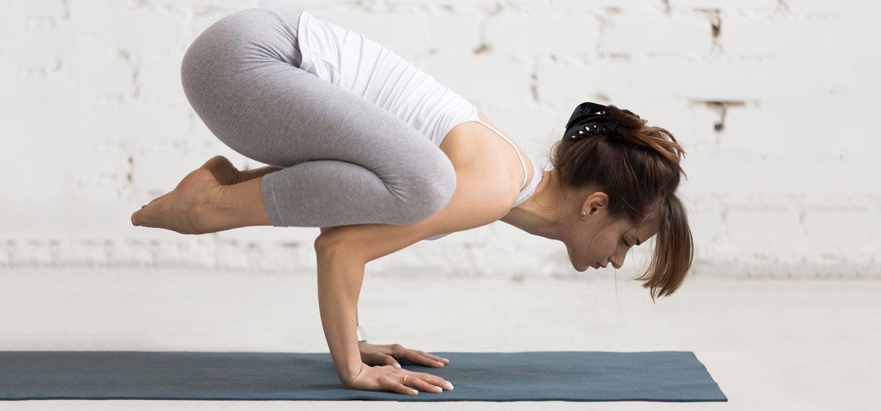 Posizione del corvo yoga