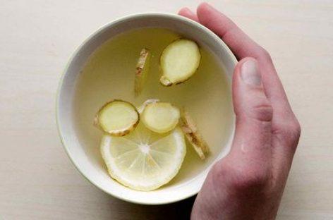 Bere acqua calda e limone al mattino