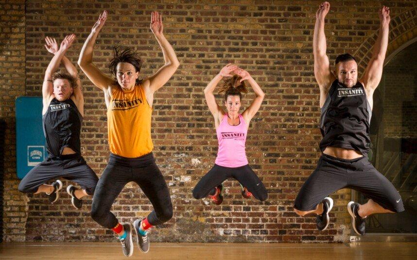 esercizio jumping jacks